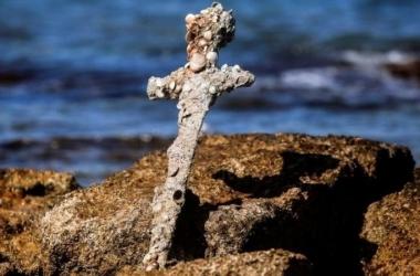 غواص محظوظ.. يعثر على سيف من بقايا الحملات الصليبية بالصدفة