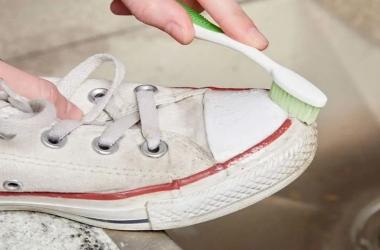 لتنظيف حذائك الأبيض.. 3 طرق فعالة دون تكلفة أو مجهود