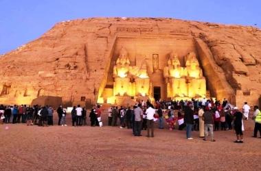 السياح ينتظرون تعامد الشمس على وجه رمسيس الثاني